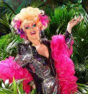 Hat trotz Helmut Berger gut lachen: Dschungelcamp-Teilnehmerin Olivia Jones