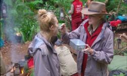 Dschungelcamp - Melanie füttert Larissa