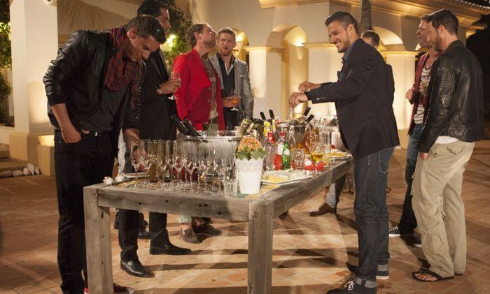 Die Jungs bedienen sich am reichgedeckten Tisch