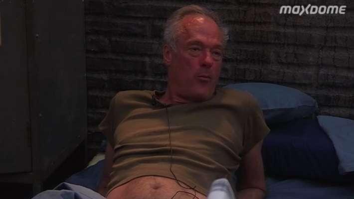 Ronald Schill im Keller angekommen mit sexy bauchfreiem T-Shirt