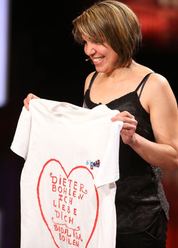 Das Supertalent - Siebte Show - Bedalisa Bohlen (41), Sängerin aus Mannheim, hat für Jurymitglied Dieter Bohlen ein T-Shirt mitgebracht.