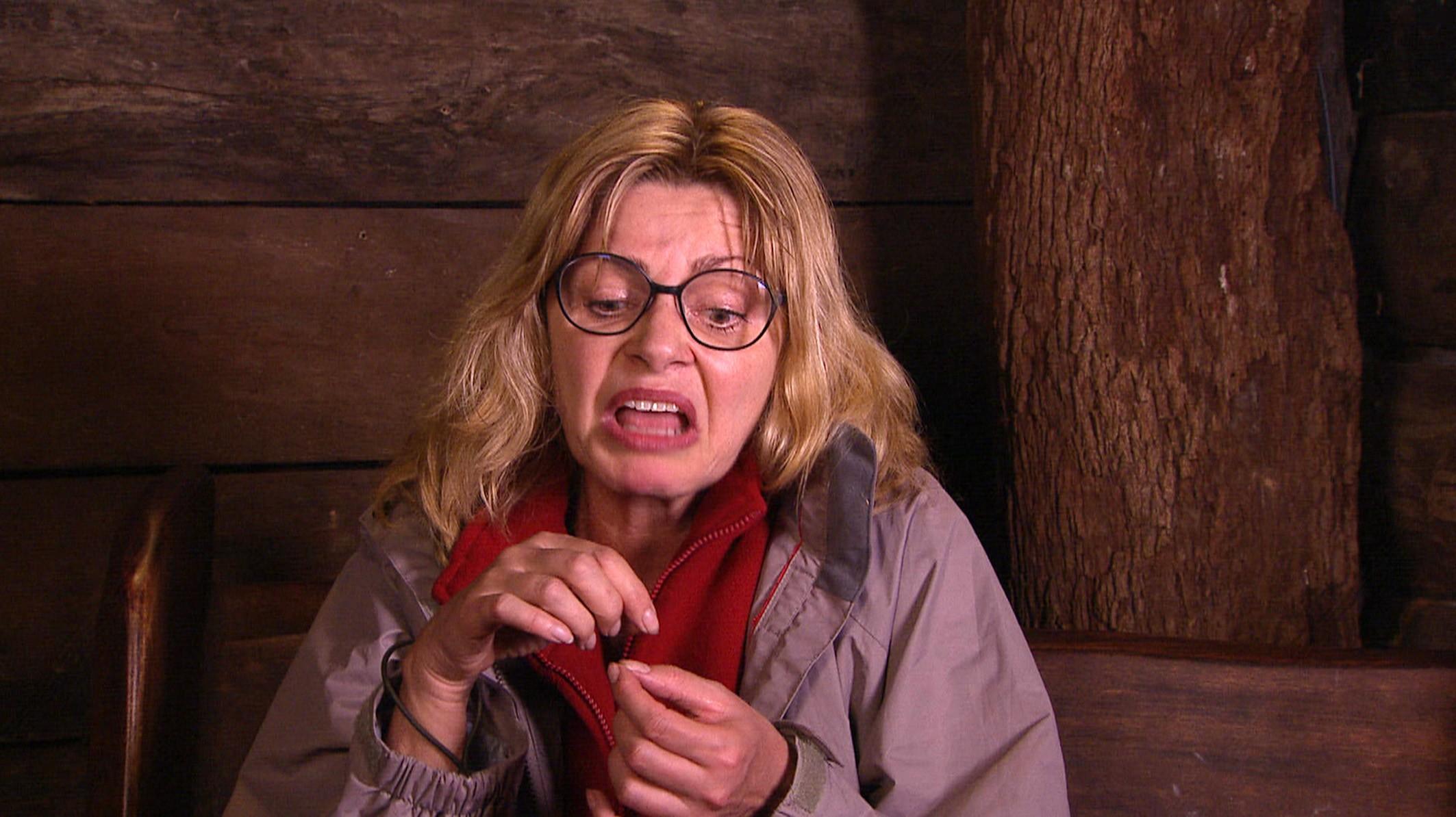 Maren Gilzer äfft Angelina Heger nach