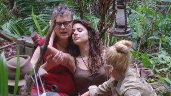 Tanja und Angelina nehmen Rolfe in den Arm und Spenden Trost