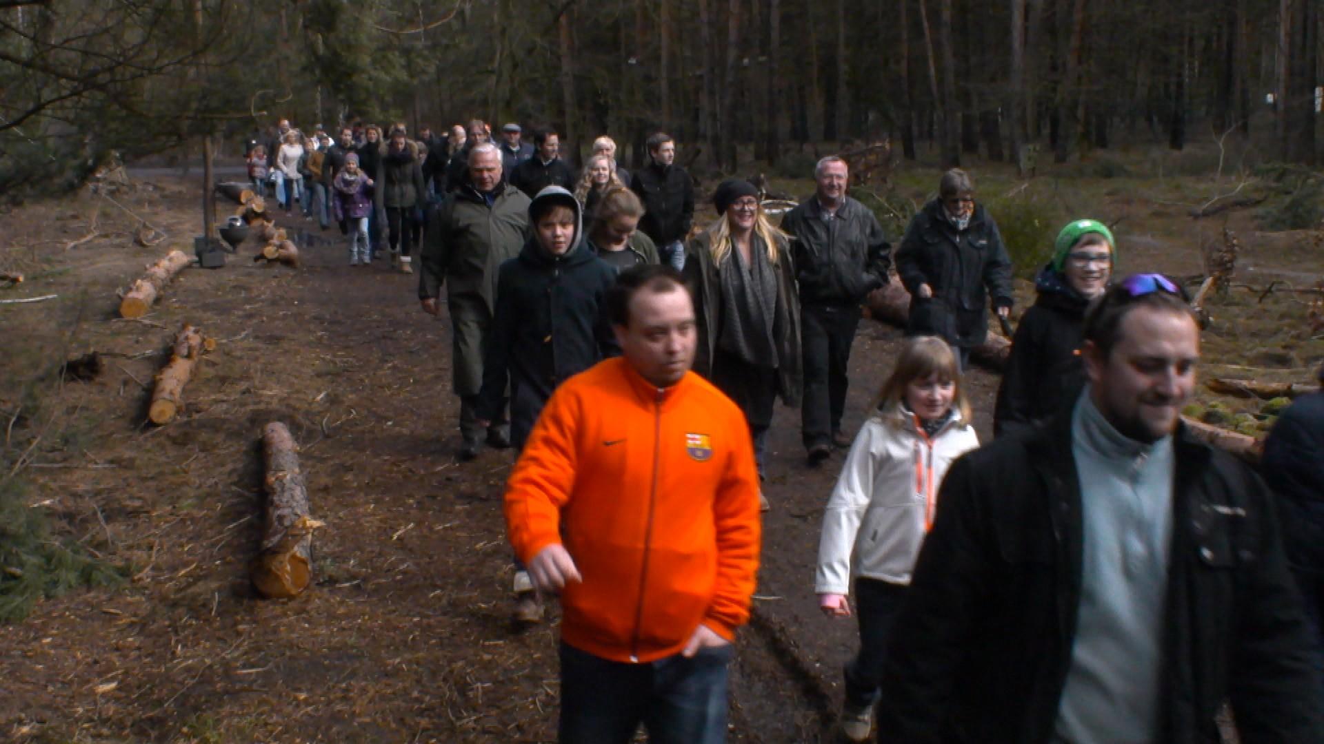 Ahnten nichts von der Diskussion: Zahlreiche Besucher kamen zum Osterbasar (Bild: SAT.1/Talpa)