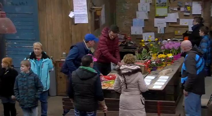 Derk verkauft Souvenir-Häschen - Screenshot Sat.1