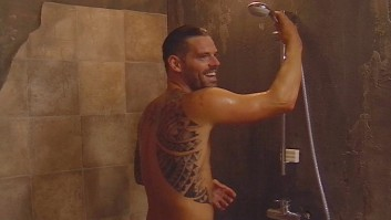 Daniel Källerer nackt in der Dusche