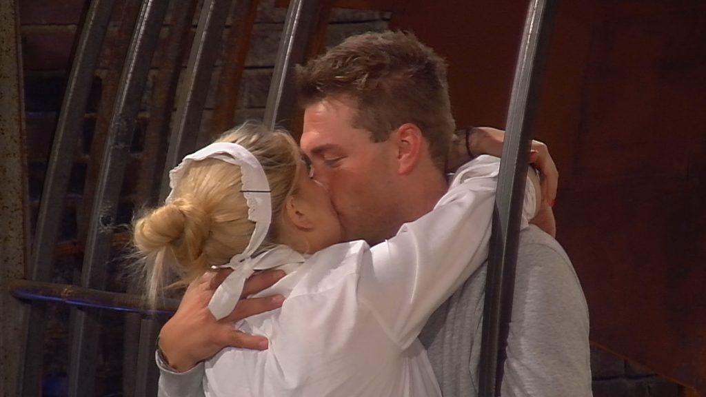 Sharon und Kevin küssen sich.