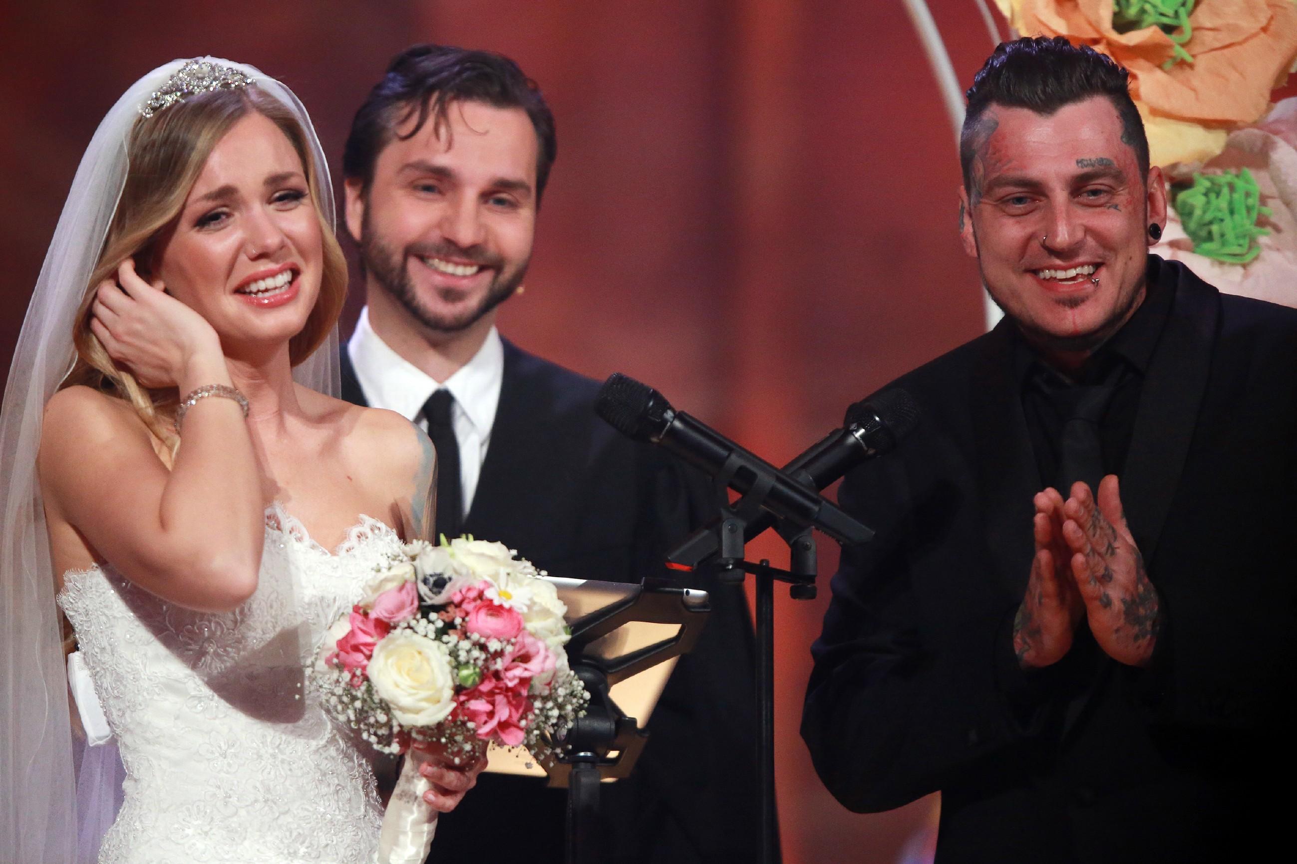 Sandra Berger, ihr Verlobter Victor und Trauredner Samuel Diekmann (M.) Foto: RTL / Stefan Gregorowius