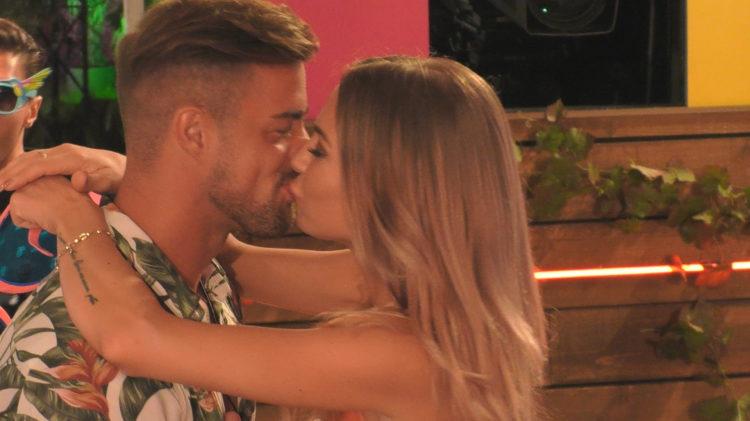 Natascha und Tobias küssen sich