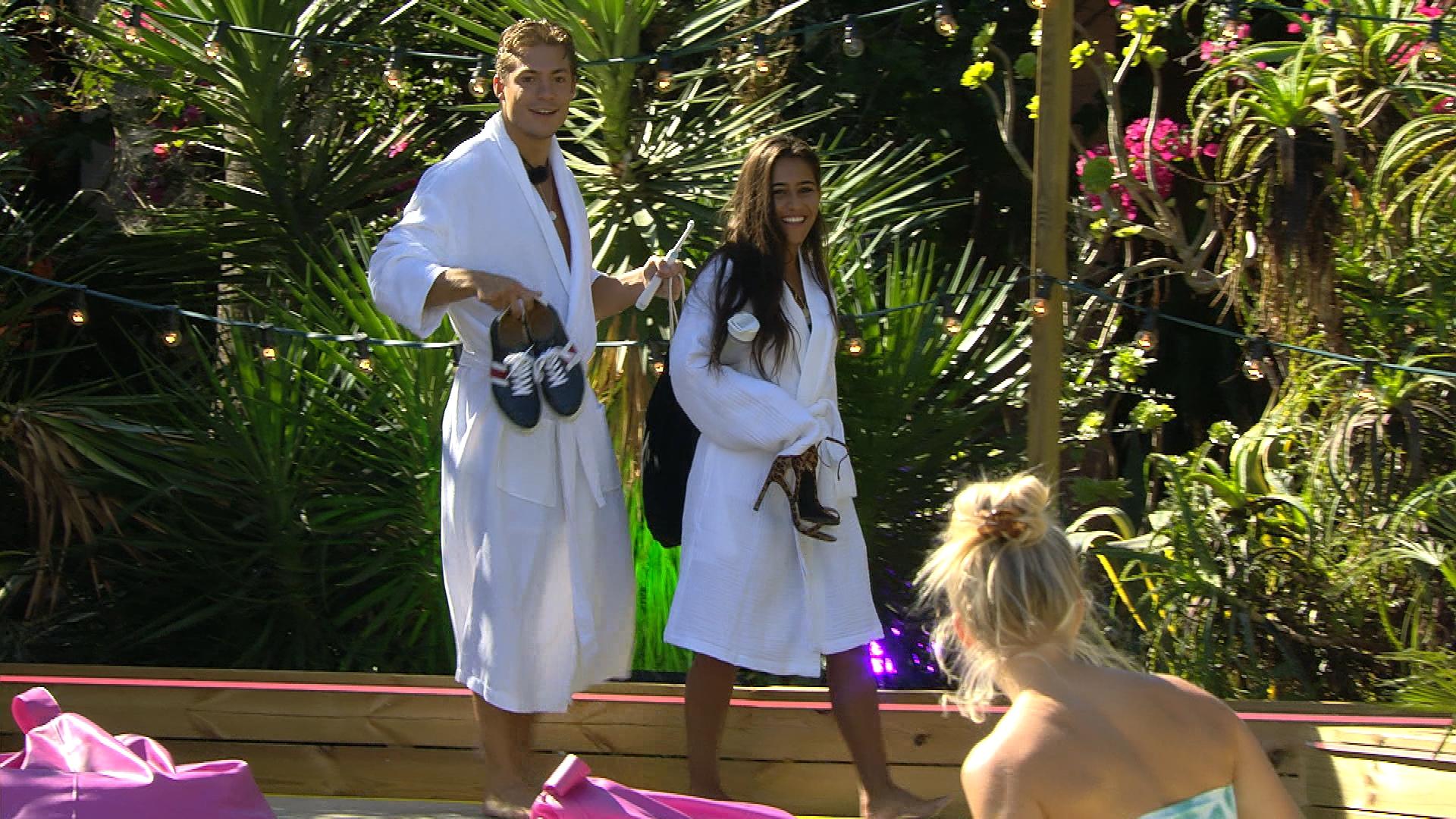 Nach ihrer Liebesnacht in der Private-Suite kommen Henrik und Aurelia zurück zur Villa.