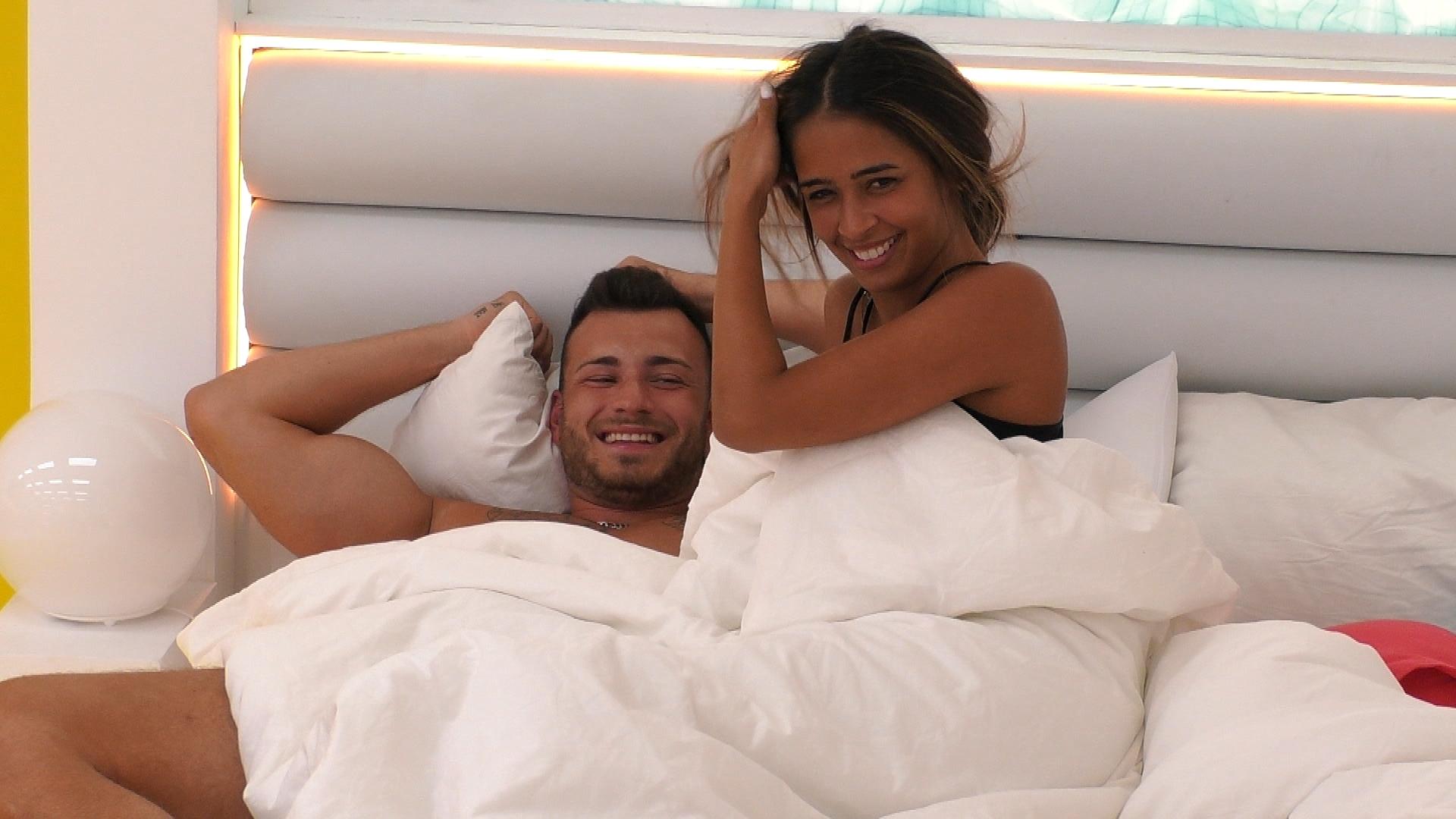 Luca und Nathalia flirten und kuscheln.